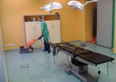 Strojové mytí a dezinfekce podlah operačních sálů